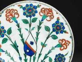 Dish with coat of arms, probably Iznik, about 1570 (Museum no: EAX.3268)