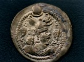 Fig. 3. Sasanian silver coin with royal portrait showing a horned helmet. Recovered in Dulan, Qingha. © Qinghai Archaeological Institute