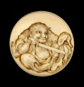 Manjū netsuke depicting Yojō stabbing Zhao Wuxu's cloak (EA2001.97)