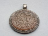 Oval bezel amulet from a pendant, with thuluth inscription and concentric circle decoration