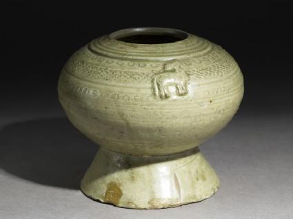 Greenware stem bowl with horsesoblique