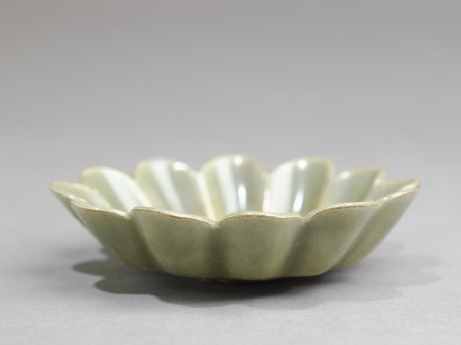 Greenware dish with fluted sidesoblique