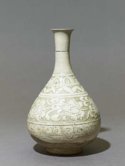 Cizhou type vase with floral decorationside