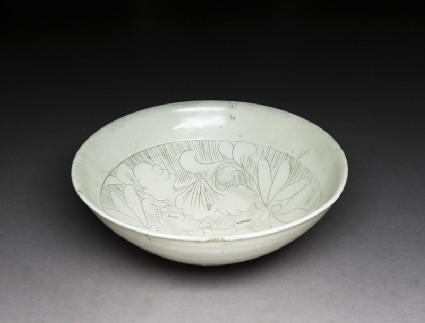 Cizhou type bowl with floral decorationoblique