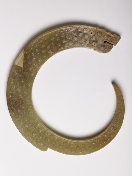 Pendant in the form of a curling dragonside