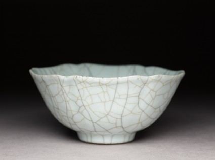 Bowl with crackled glaze in the style of Ge wareoblique