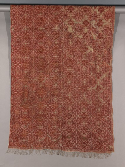 Coverlet with diamond-shapes containing medallions and protruding hooksdetail