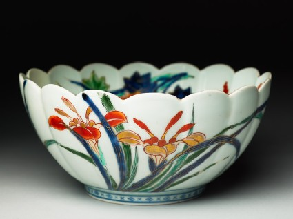 Fluted bowl with floral decorationoblique