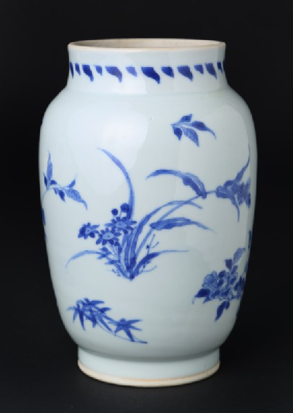 Blue-and-white jar with floral decorationfront