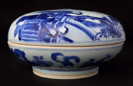 Blue-and-white box and lid with moon goddess Chang Efront