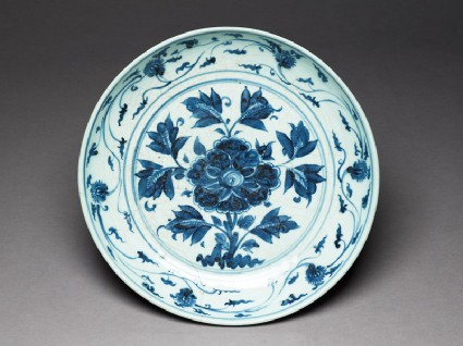 Blue-and-white dish with flowerstop