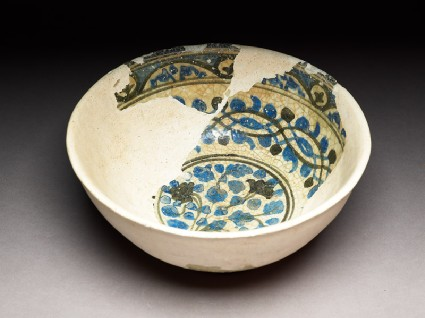Bowl with plant, arabesque, and vegetal borderoblique