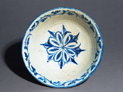 Bowl with rosette and vegetal scrolltop