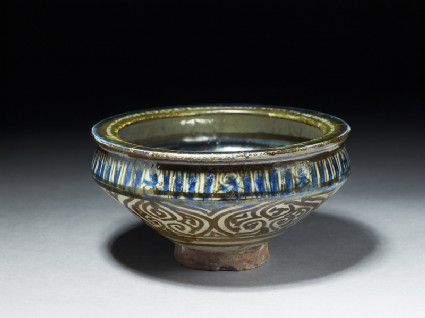 Bowl with flying phoenix and vegetal decorationoblique