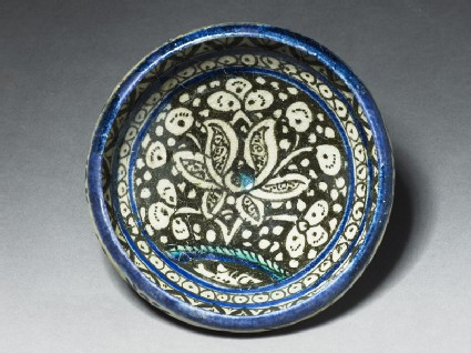 Bowl with lotus blossomtop