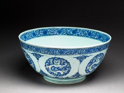 Bowl with dragonsoblique