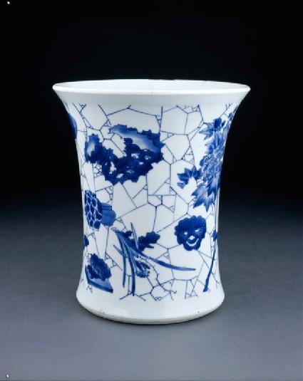 Blue-and-white brush pot with cracked-ice decorationoblique