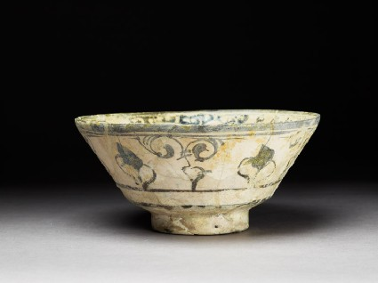 Bowl with floral decorationoblique