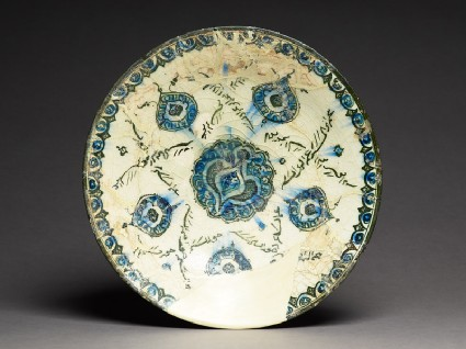 Dish with medallions and naskhi inscriptiontop