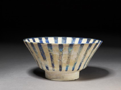 Bowl with blue stripesoblique