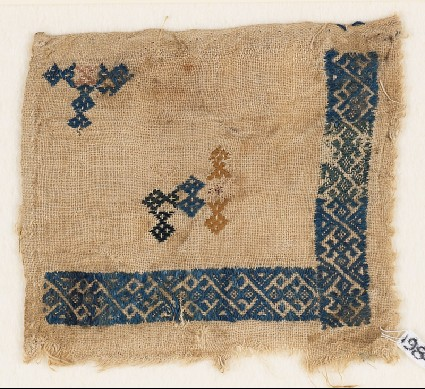 Textile fragment with linked and interlaced diamond-shapesfront