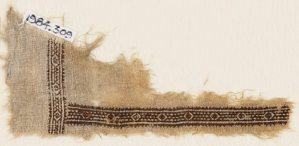 Textile fragment with diamond-shapes and a ropefront