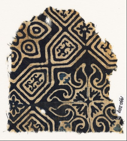 Textile fragment with an elaborate quatrefoil and tab-shapesfront