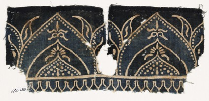 Textile fragment with arches and flower-heads on tabsfront