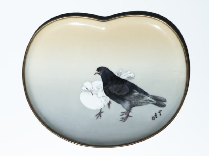 Kidney-shaped tray with two pigeonstop