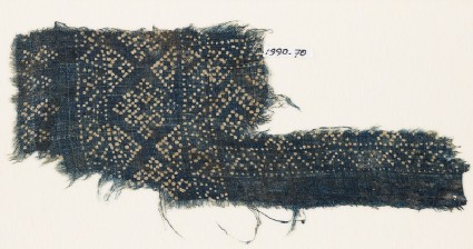 Textile fragment with dots arranged in a geometric patternfront