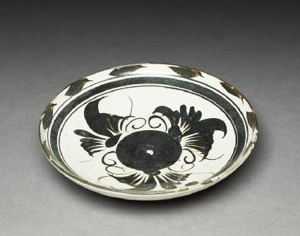 Cizhou type dish with floral decorationoblique