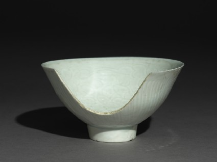 Bowl with high foot and incised floral decorationoblique
