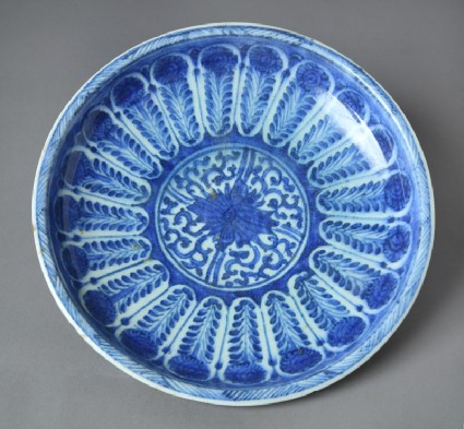 Plate with radial decoration around a central medallionfront