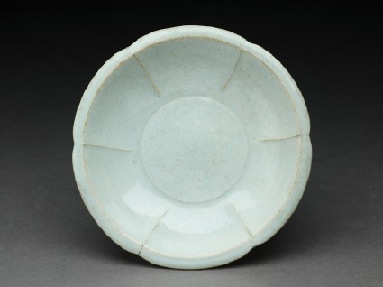 White ware dish with lobed sidestop