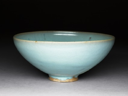 Large bowl with blue glazeoblique