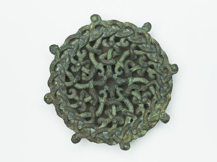 Lid fitting with openwork design of intertwined serpentsfront