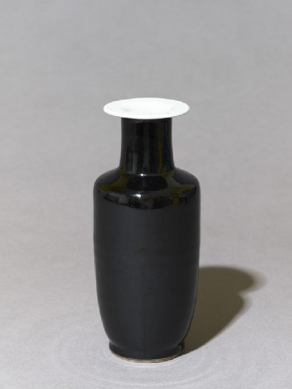 Vase with 'mirror-black' glazeoblique