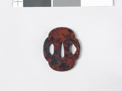 Mokkō-shaped tsuba with wood grain decorationfront