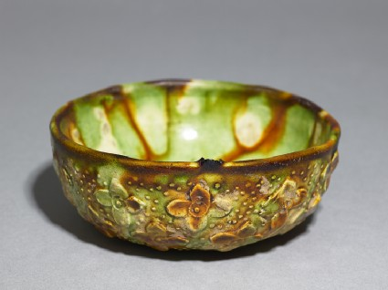 Bowl with floral decoration and three-colour glazeoblique
