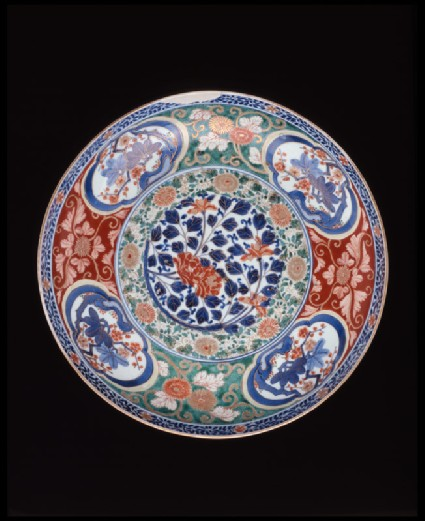 Large dish with floral decorationtop