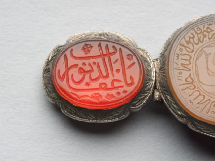 Oval bezel amulet from a bracelet, with thuluth inscriptionfront