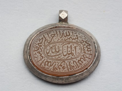 Oval bezel amulet from a pendant, with thuluth inscription and concentric circle decorationfront