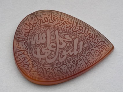 Heart-shaped bezel amulet with thuluth inscription and concentric circle decorationfront