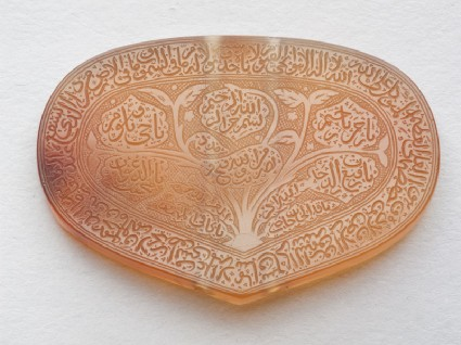Heart-shaped bezel amulet inscribed with the Throne versefront
