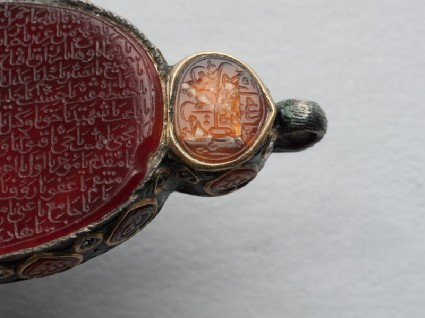 Heart-shaped bezel amulet from a bracelet, with naskhi inscriptionfront