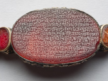 Oval bezel amulet from a bracelet with naskhi inscriptionfront