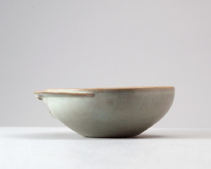 Bowl with flange in the form of a crescentfront