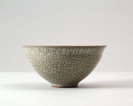 Greenware bowl with 'golden thread and iron wire' glazefront