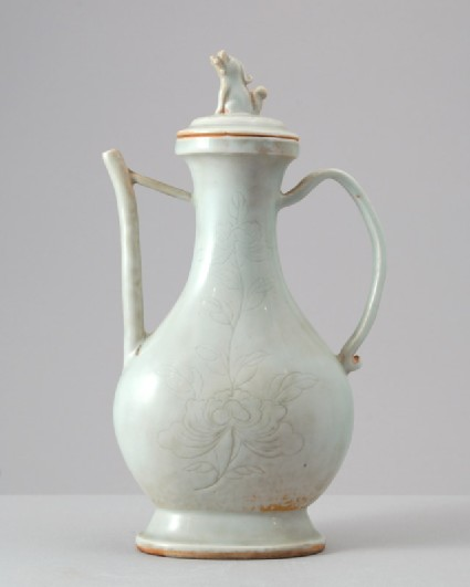 White ware ewer and lid surmounted by a seated lionfront