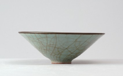 Greenware bowl in the style of Guan warefront